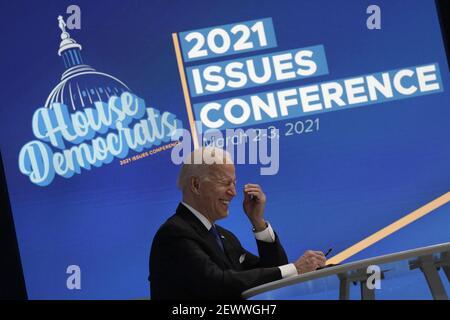 US-Präsident Joe Biden lacht während einer virtuellen Veranstaltung mit dem House Democratic Caucus im Eisenhower Executive Office Building im Weißen Haus in Washington am 3. März 2021. Foto von Yuri Gripas/ABACAPRESS.COM