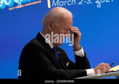 US-Präsident Joe Biden lacht während einer virtuellen Veranstaltung mit dem House Democratic Caucus im Eisenhower Executive Office Building im Weißen Haus in Washington am 3. März 2021. Foto von Yuri Gripas/Pool/Sipa USA