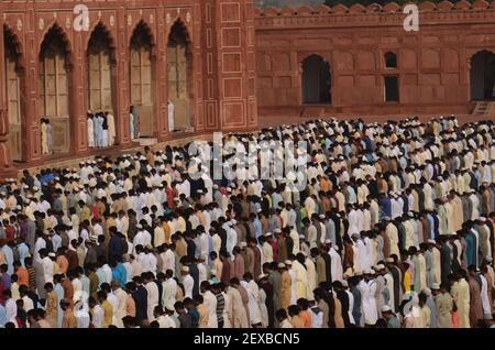 Pakistanische Muslime bieten Eid al-Adha Gebet an der Badshahi Moschee in Lahore. Muslime auf der ganzen Welt feiern das Eid al-Adha, ein Fest zum Opfer von Rindern, Ziegen und Schafen in Gedenken an die Bereitschaft des Propheten Abraham, seinen Sohn zu opfern, um Gehorsam gegenüber Gott zu zeigen, das Fest, das das Ende der Hadsch markiert, wenn Millionen von Muslimen die jährliche Wallfahrt nach Mekka durchführen. (Foto von Rana Sajid Hussain / Pacific Press) *** Bitte benutzen Sie das Credit from Credit Field ***