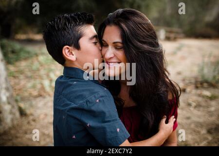 Sohn küssen Mutter auf Wange in San Diego