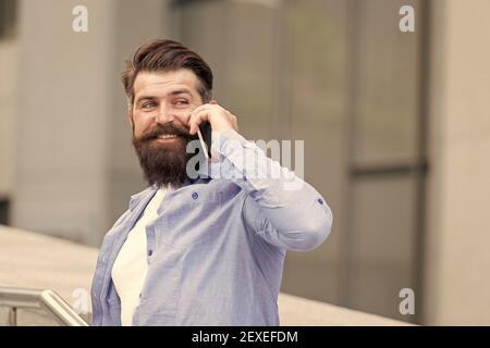 Danke. Wie geht es Ihnen? Mobile Kommunikation. Geschäftsgespräch. Mann mit Smartphone. Schöner Mann mit Borsten im Freien. Mann mit lässigem Hemd halten Smartphone. Modernes Leben. Agiles Geschäft. - Stockfoto