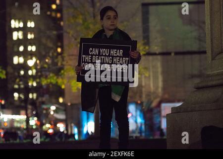 NEW YORK CITY - 10. DEZEMBER 2015 - ADemonstratoren halten bei der Kundgebung gegen Donald Trumps Vorschlag für ein Asylverbot für muslimische Immigranten Zeichen hoch. Am Internationalen Tag der Menschenrechte veranstalteten Aktivisten der Gruppe MENA Solidarity eine Rush-Hour-Demonstration im Columbus Circle in Manhattan, um die vorgeschlagenen Beschränkungen für muslimische Amerikaner durch den republikanischen Präsidentschaftskandidaten Donald Trump zu verurteilen und um Unterstützung für syrische Flüchtlinge zu zeigen, die jetzt in den Vereinigten Staaten ankommen. (Foto von Albin Lohr-Jones / Pacific Press) *** Bitte benutzen Sie die Gutschrift aus dem Kreditfeld ***