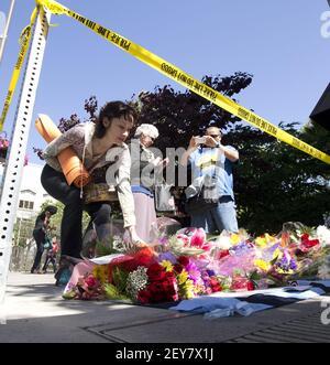 Trauernde halten inne und legen Blumen an der Szene auf der Kittredge Street, wo ein Balkon zusammenbrach, und schicken 13 Menschen, die unten auf die Straße stürzen, Dienstag, 16. Juni 2015, in Berkeley, Kalif. Sechs Menschen wurden getötet und sieben weitere wurden in Krankenhäuser in der Umgebung transportiert. (Foto von D. Ross Cameron/Bay Area News Group/TNS) *** Bitte nutzen Sie die Gutschrift aus dem Credit Field ***