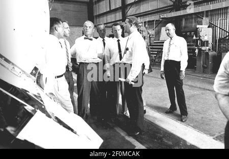 Fünf der sieben ursprünglichen Astronauten werden 1959 mit Dr. Wernher von Braun gesehen, der die Mercury-Redstone Hardware im Fabrication Laboratory of Army Ballistic Missile Agency (ABMA) in Huntsville, Alabama, inspiziert. Von links nach rechts: Astronauten Walter Schirra, Alan Shepard, John Glenn, Scott Carpenter, Gordon Cooper, Und Dr. von Braun..(Photo by NASA)*** Bitte benutzen Sie das Credit Field ***