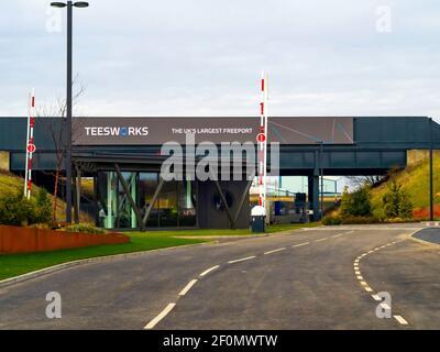 Eingang zum ehemaligen Stahlwerk in Redcar mit einem neuen Schild Teesworks, dem größten britischen Freeport Stockfoto