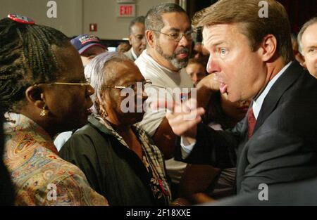 KRT US NEWS STORY TRÄGE: KAMPAGNE-EDWARDS KRT FOTO VON CHUCK FADELY/MIAMI HERALD (SOUTH FLORIDA SUN-SENTINEL OUT) (SEPTEMBER 22) MIAMI, FL -- Der Kandidat des demokratischen Vizepräsidenten, Senator John Edwards (NC), spricht am Mittwoch, den 22. September 2004, mit den Zuschauern im Caleb Center in der Liberty City-Gegend von Miami, Florida. In seiner Rückkehr zur Kampagne in Florida, Edwards betonte Gesundheitsversorgung in seiner Botschaft. (Foto von nk) 2004 Stockfoto