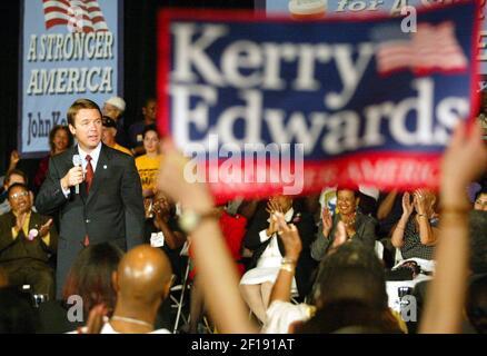 KRT US NEWS STORY TRÄGE: KAMPAGNE-EDWARDS KRT FOTO VON CHUCK FADELY / MIAMI HERALD (SOUTH FLORIDA SUN-SENTINEL OUT) (September 22) MIAMI, FL -- Democratic Vice Presidential Kandidat, Senator John Edwards (NC) spricht im Caleb Center in der Liberty City Bereich von Miami, Florida, am Mittwoch, 22. September 2004. In seiner Rückkehr zur Kampagne in Florida, Edwards betonte Gesundheitsversorgung in seiner Botschaft. (Foto von nk) 2004 Stockfoto