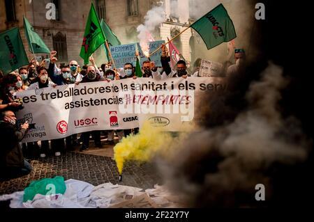 Barcelona, Spanien - 10. März 2021. Gesundheitshelfer protestieren inmitten von Rauch, als sie sich in Barcelona versammeln, um eine Verbesserung ihrer Arbeitsbedingungen zu fordern, die durch die Coronavirus-Pandemie verschärft wird. Quelle: Jordi Boixareu/Alamy Live News