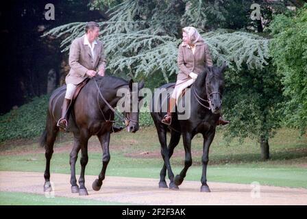Präsident Ronald Reagan reitet mit Königin Elizabeth II. Während des Besuchs im Schloss Windsor.