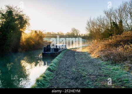 Kanalboot im Nebel auf dem oxford Kanal kurz nach Sonnenaufgang. Upper Heyford, Oxfordshire, England