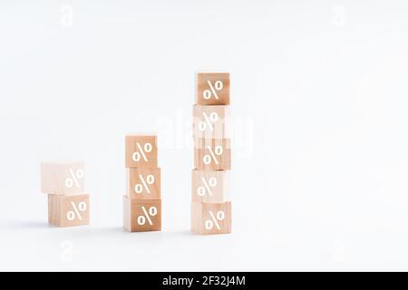 Konzept von Verkauf und Rabatt.Business und Finanzen Rabatt oder Zinssatz Concept.percent Zeichen auf Holzwürfel auf weißem Hintergrund.
