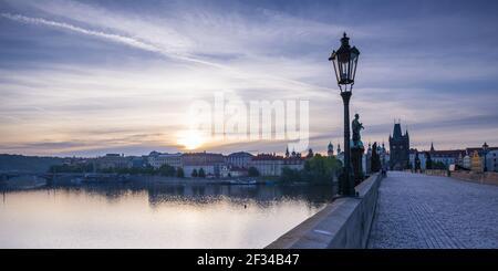 Geographie / Reisen, Tschechien, Karlsbrücke mit Altstädter Brückenturm, UNESCO Weltkulturerbe, Prag, Tschechien, Panorama-Freiheit