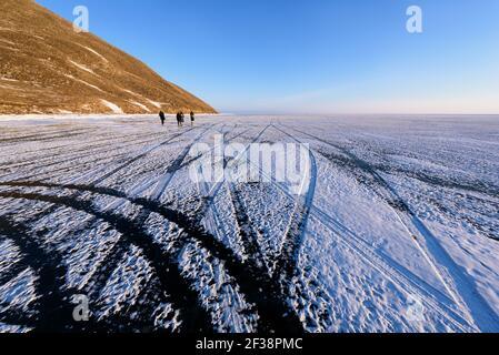 Baikalsee im Winter ist die Oberfläche des Sees fest gefroren, so stark, dass ein Fahrzeug passieren kann. Reifenspuren auf dem Eis