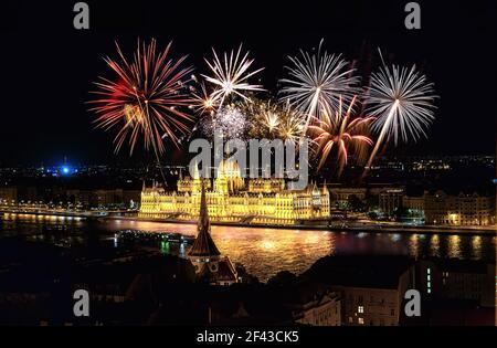 Feuerwerk über dem Parlament in Budapest, Ungarn