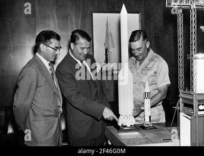 Wernher von Braun (1912-1977), ingeniero y mecánico aeroespacial estadounidense de origen alemán, ante una maqueta del fuselaje del cohete Saturno.