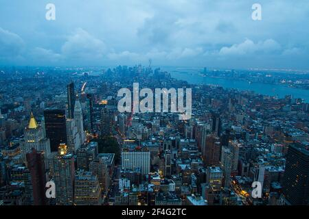 Blick auf die Skyline von New York City vom Empire State Building An einem bewölkten Abend Stockfoto