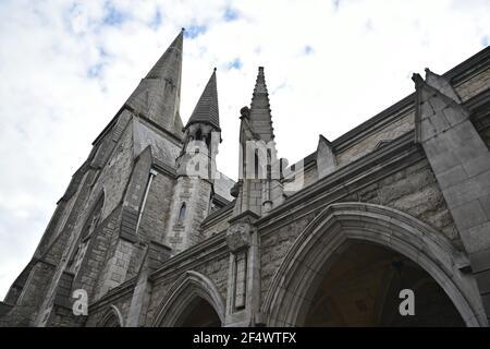 Alte gotische Kirche Steinfassade in Dublin, Irland.