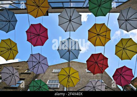 Farbenfrohe hängende Regenschirme in Anne's Lane, Dublin, Irland.