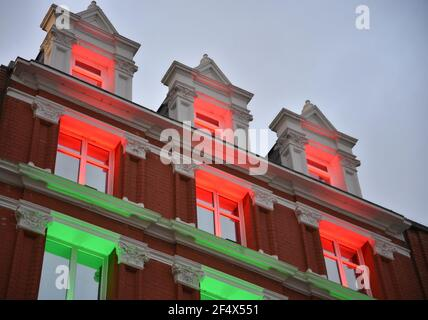 Fassade im georgianischen Stil mit roten und grünen Weihnachtslichtern an der Grafton Street, Dublin, Irland.