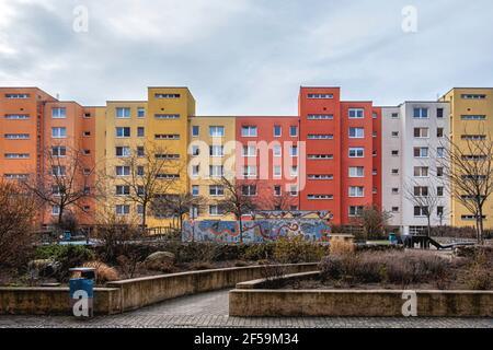 Farbenfrohe Wohnhäuser mit Garten und Mosaik in der Graunstraße, Gesundbrunnen, Berlin