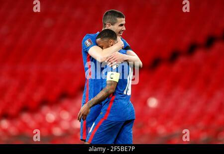 Der englische Raheem Sterling (rechts) feiert das dritte Tor seiner Spielmannschaft während des Qualifikationsspiels der FIFA-Weltmeisterschaft 2022 im Wembley Stadium, London. Bilddatum: Donnerstag, 25. März 2021.