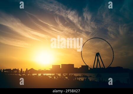 Big Ferris Wheel in Dubai Marina bei Sonnenuntergang, Vereinigte Arabische Emirate.