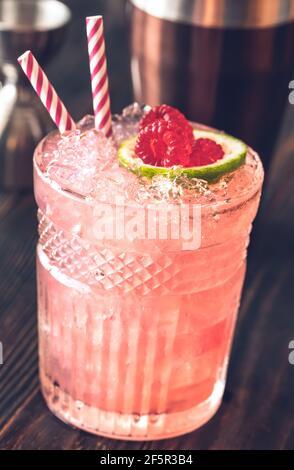 Glas Nickerbocker Cocktail aus Rum, Limettensaft, orangencuracao und Himbeersirup