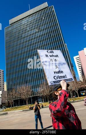 Ein Protestler, der während einer Demonstration gegen antiasiatische Gewalt in der Innenstadt im Rahmen des nationalen Protesttages ein Plakat hält, auf dem seine Meinung zum Ausdruck kommt. (Foto von Ty O'Neil / SOPA Images/Sipa USA)