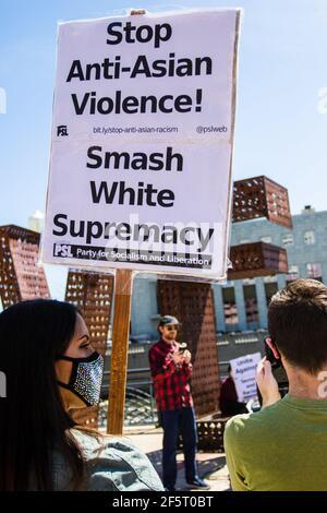 Eine Protesterin, die während einer Demonstration gegen antiasiatische Gewalt in der Innenstadt im Rahmen des nationalen Protesttages ein Plakat mit ihrer Meinung hält. (Foto von Ty O'Neil / SOPA Images/Sipa USA)