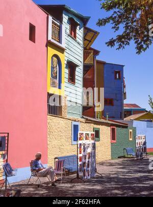 Pastellfarbene Gebäude und Kunsthändler, Caminito Street, La Boca, Buenos Aires, Argentinien Stockfoto