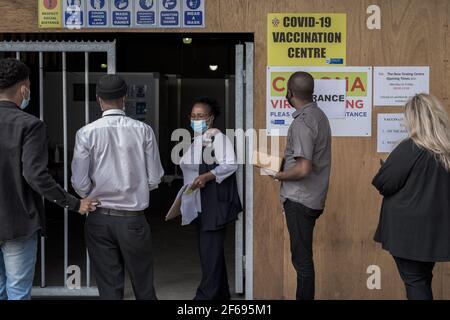 Im Krankenhaus Groote Schuur in Kapstadt kommen medizinische Mitarbeiter an Für Impfungen des Johnson & Johnson COVID-19 Impfstoffs Stockfoto