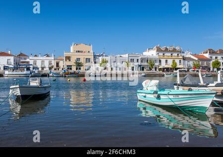 Fischerboote in Tavira, an der östlichen Algarve und in Portugal