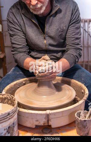 Töpferei Handwerker arbeiten an einem Töpfer-Rad, um eine zu machen Neue Schüssel