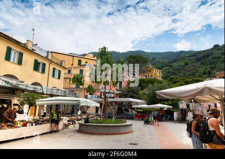 Monterosso, Ligurien, Italien. Juni 2020. Der Markt findet auf dem Platz des historischen Zentrums des Dorfes statt: Die Menschen sind in der Nähe der Stände zum Einkaufen. Stockfoto