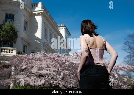 Filmstudentin, die Instagrammer beim Fotografieren in 12 Stanley Crescent, Notting Hill, London, W11 beobachtet