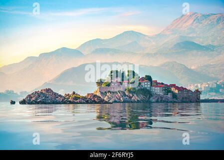 Sveti Stefan und Berge in der Adria bei Sonnenuntergang, Montenegro.