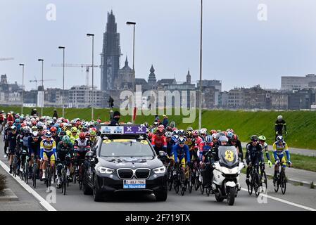 Die Abbildung zeigt das Reiterrudel während des Starts Der 105. Ausgabe der 'Ronde van Vlaanderen - Tour des Flandres - Tour of Flander