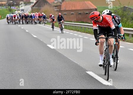Abbildung Bild zeigt das Pack von Fahrern in Aktion während Die 105. Ausgabe der 'Ronde van Vlaanderen - Tour Des Flandres - Flandern-Rundfahrt