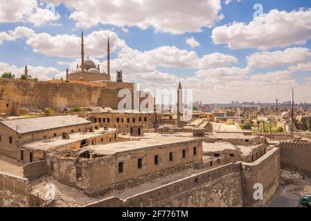 Tagesaufnahme der Großen Moschee von Muhammad Ali Pascha - Alabaster-Moschee - in der Zitadelle von Kairo in Ägypten, von Muhammad Ali Pascha, einem der Wahrzeichen und touristischen Attraktionen von Kairo in Auftrag gegeben
