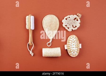 Natürlicher Reinigungsschwamm, Massagebürste, plastikfrei, Bambus- und Holzset, Öko-Badartikel. Nachhaltiges Lifestyle-Konzept.