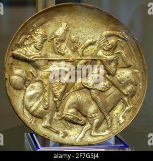 Sasanian vergoldete Silberschale, die den König darstellt, der gegen einen Gegner kämpft, Tabriz Museum, Iran.