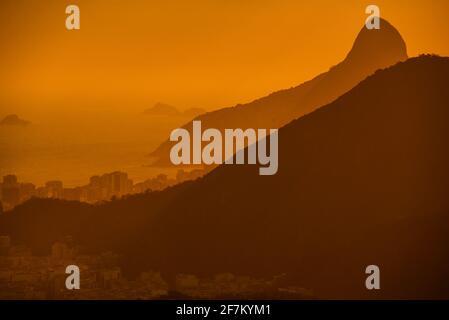 Sonnenuntergang und Silhouette der Hügel und Stadt Rio de Janeiro, Brasilien, von der Spitze des Zuckerhut (Pão de Açúcar)