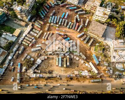 Barishal, Barishal, Bangladesch. April 2021. Mehrere Busse werden während einer einwöchigen landesweiten Covid-Sperre, die am Montag begann, am zentralen Busstand von Barisal geparkt, einem der belebtesten Busse in der südlichen Region des Landes. Quelle: Mustasinur Rahman Alvi/ZUMA Wire/Alamy Live News Stockfoto