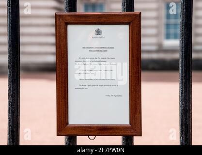 Ein Zeichen, das den Tod des britischen Prinzen Philip, Herzog von Edinburgh, ankündigt, der im Alter von 99 Jahren gestorben ist, hängt am 9. April 2021 vor den Toren des Buckingham Palace in London, Großbritannien. Ian West/Pool via REUTERS Stockfoto