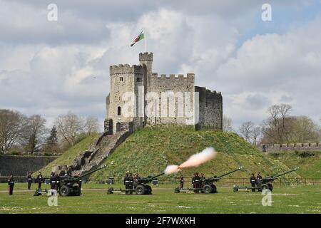 Mitglieder des 104. Regiments Royal Artillery feuern eine 41-runde Kanonengrüße auf dem Gelände von Cardiff Castle, um den Tod des Herzogs von Edinburgh zu markieren. Bilddatum: Samstag, 10. April 2021. Stockfoto