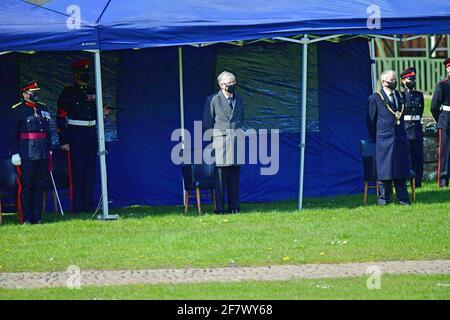 Mark Drakeford, der erste Minister von Wales, beobachtet, wie Mitglieder des 104. Regiments Royal Artillery anlässlich des Todes des Herzogs von Edinburgh einen 41-runden Waffengruß auf dem Gelände von Cardiff Castle abfeuern. Bilddatum: Samstag, 10. April 2021. Stockfoto