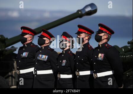 Mitglieder des 105. Regiments Royal Artillery nehmen am 10. April 2021 an einem Waffengruß anlässlich des Todes des britischen Prinzen Philip, des Ehemannes von Queen Elizabeth, im Edinburgh Castle, Großbritannien, Teil. Andrew Milligan/Pool via REUTERS Stockfoto