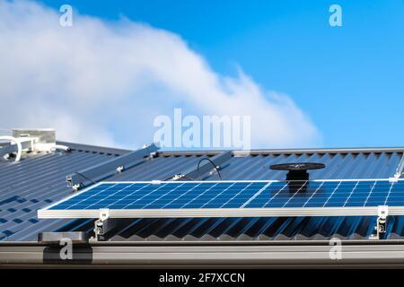 Neue Solarmodule werden auf dem Blechdach von installiert Das Haus in Südaustralien Stockfoto