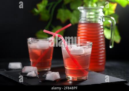 Erfrischendes, gekühltes sommerliches Fruchtgetränk. Hausgemachtes Kompott.