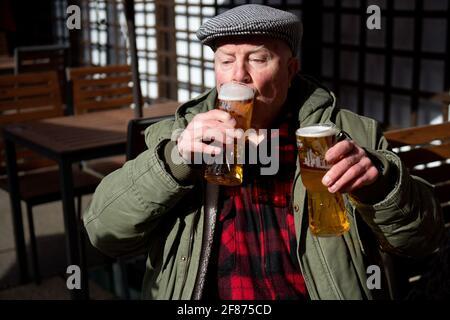 John Witts genießt einen Drink bei der Wiedereröffnung des Figure of Eight Pubs in Birmingham, während England mit der weiteren Lockerung der Sperrbeschränkungen einen weiteren Schritt zurück in Richtung Normalität unternimmt. Bilddatum: Montag, 12. April 2021. Stockfoto